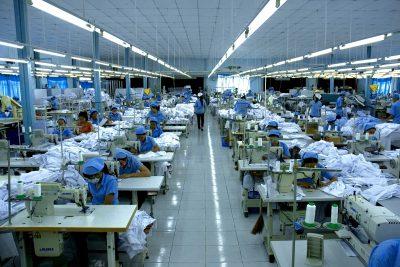 Phân chia công việc đến từng bộ phận khác nhau để tiến hành may áo.