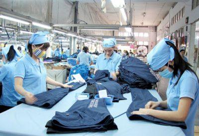 Công đoạn hoàn thiện và khử khuẩn được diễn ra ngay sau khi hoàn thiện áo.