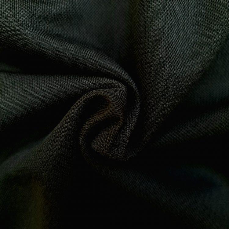Hình chụp cận cảnh chất vải áo polo bo trơn cá sấu mè unisex màu đen