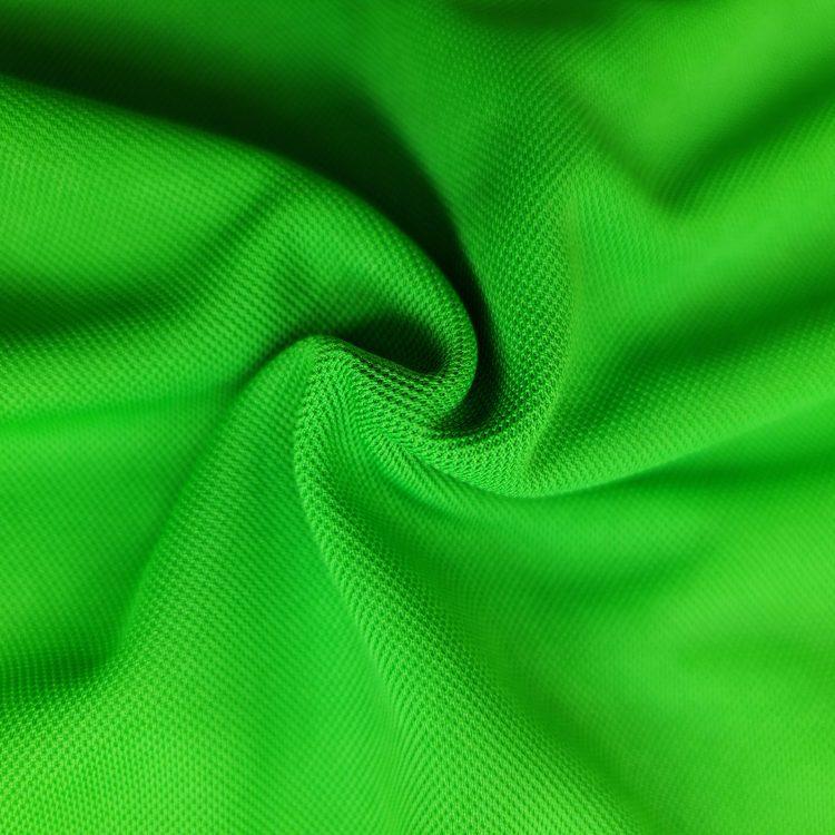 Hình chụp cận cảnh chất vải áo polo bo trơn cá sấu mè unisex xanh lá