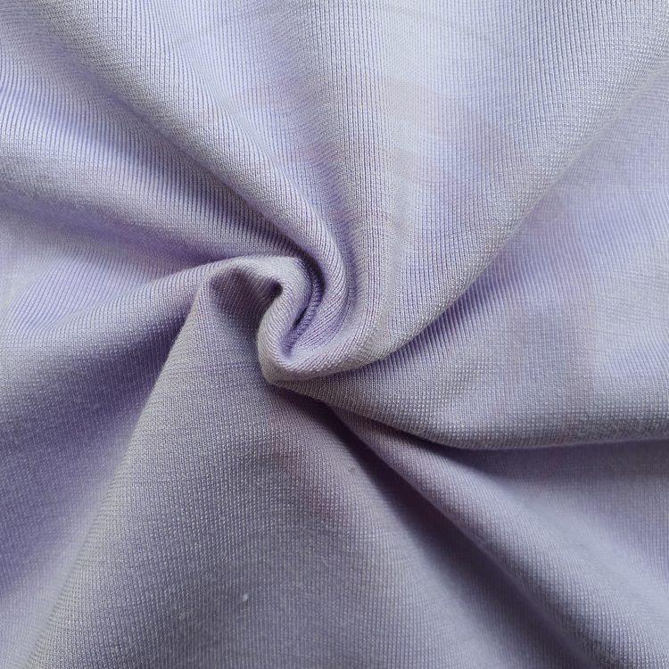 Hình chụp cận cảnh chất vải áo thun cổ tròn ngắn tay supe unisex tím cà