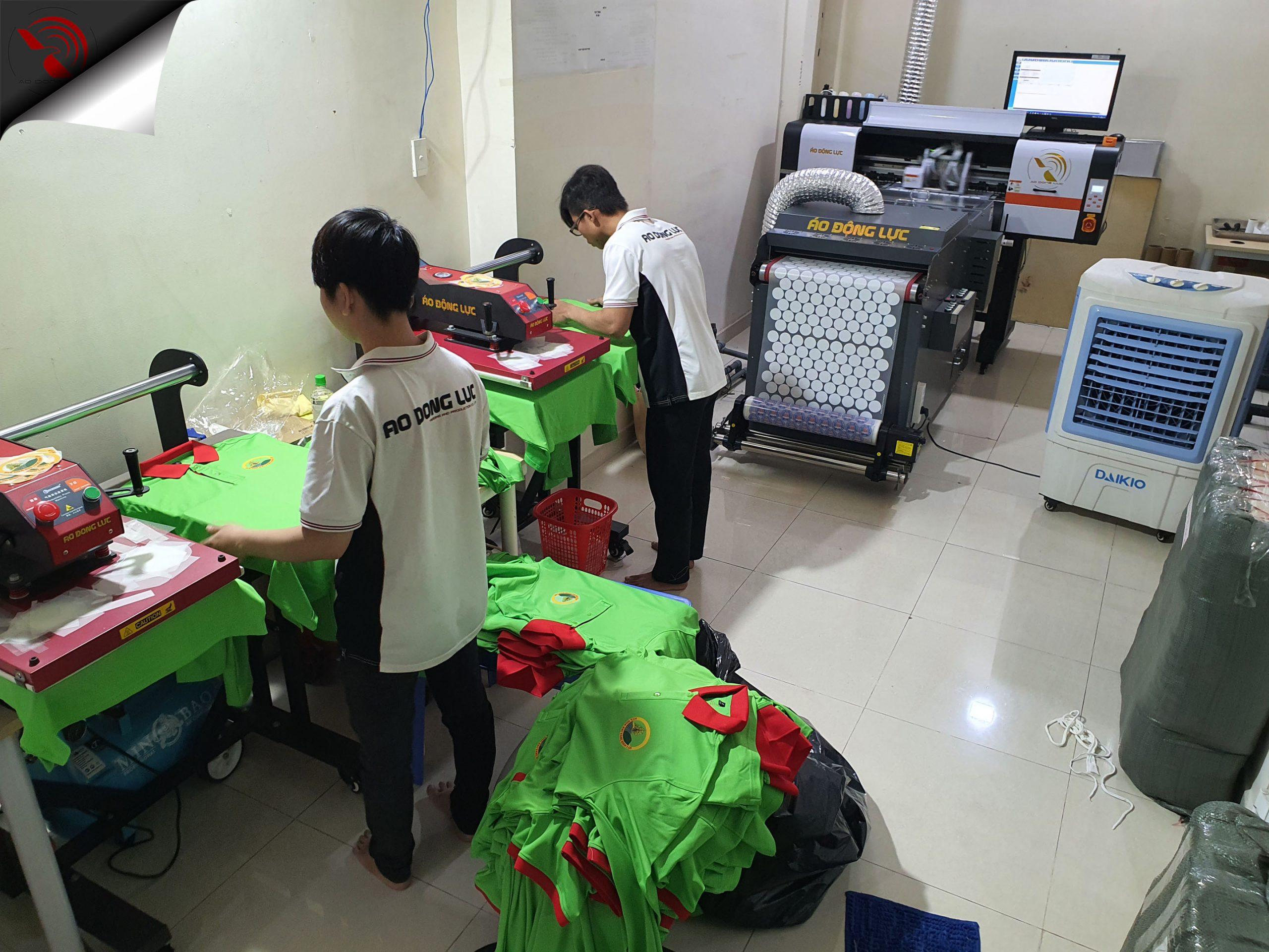kỹ thuật thực hiện ép lên áo thành phẩm tại phòng sản xuất áo động lực