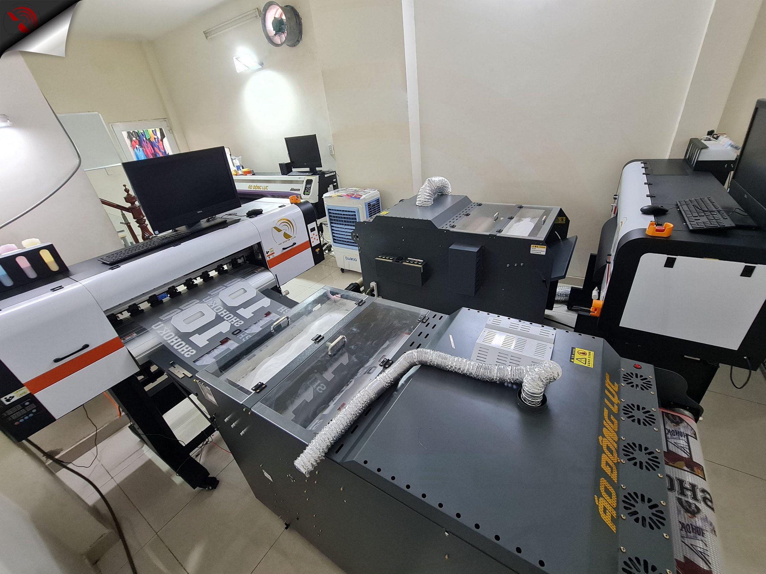 Hệ thống 2 máy in pet kỹ thuật số, chạy cuộn công nghiệp, tại phòng sản xuất áo động lực