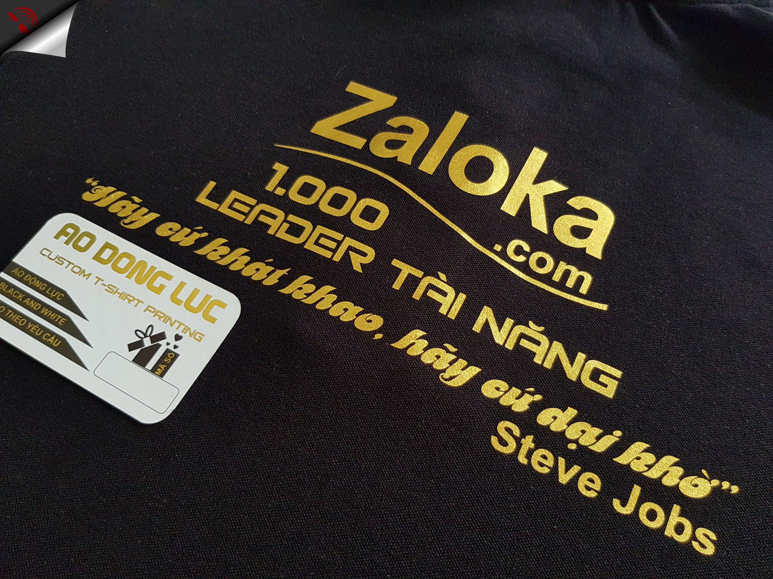 Hình in decal hiệu ứng vàng ánh kim trên nền áo đen