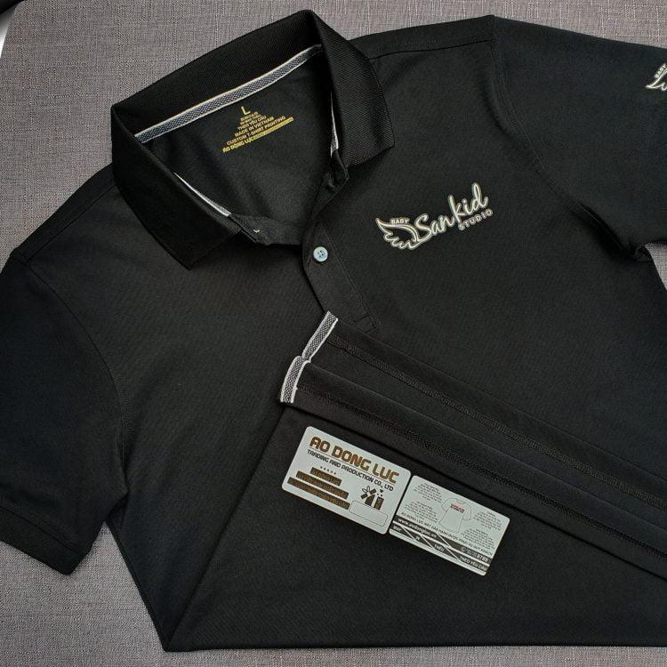 Đồng phục áo thun polo bo trơn màu đen in decal