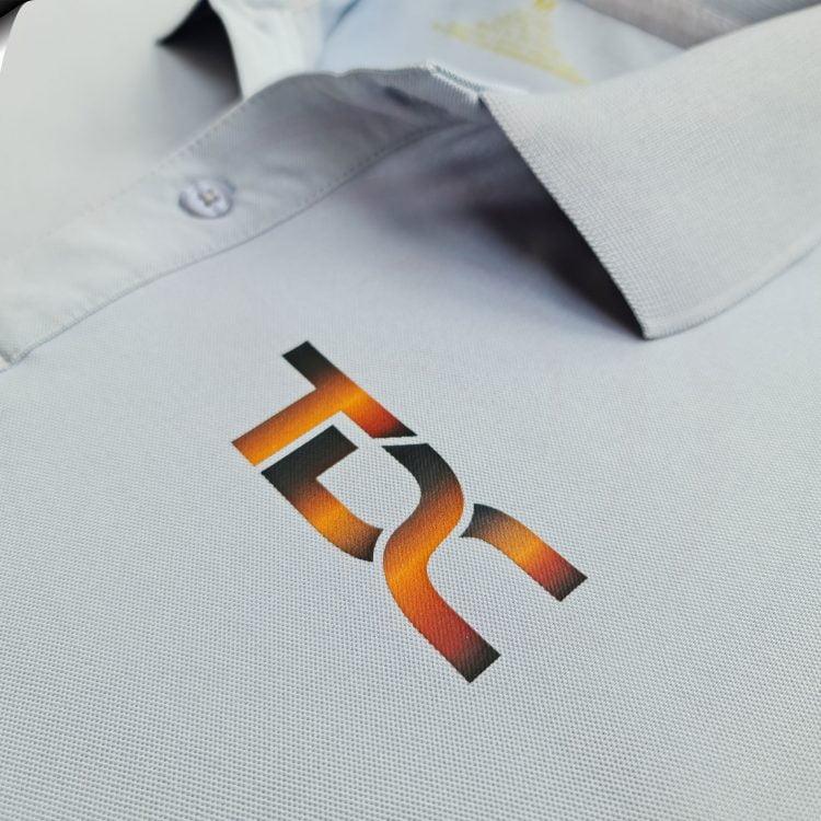 Hình in kỹ thuật số lên áo thun đồng phục polo bo trơn xám lam